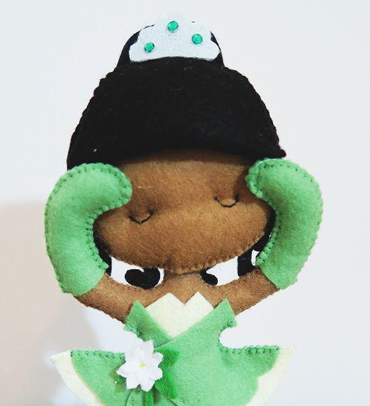 BONECA EM FELTRO: PRINCESA TIANA Olá, postei no meu canal do Youtube um vídeo em que mostro como fazer essa princesi...
