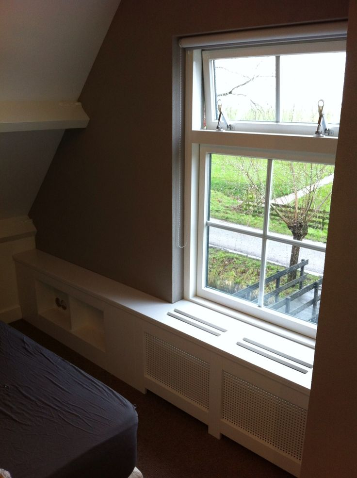 radiator ombouw naast het bed met ruimte voor wekker en of boek enz enz