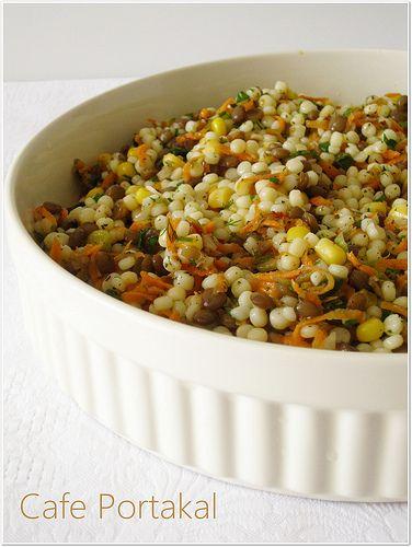 Çok nefis bir salata ile tariflere devam.Enfes bir lezzet mutlaka denemelisiniz.    Malzemeler:   1,5 su bardağı kuskus makarnası  1 ...