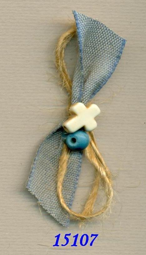 Μαρτυρικά βάπτισης καρφιτσούλα με γαλάζιο ύφασμα και σχοινάκι, σταυρουλάκι και γαλάζια χάντρα.  Η τιμή αφορά τεμάχιο. Ελάχιστη παραγγελία 50 τεμάχια.