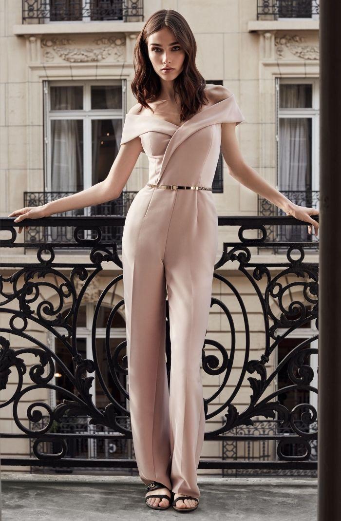 tailleur pantalon femme mariage, tenue mariage pour invitée en costume rose pâle et ceinture métallique