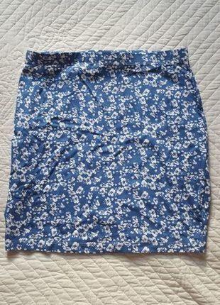 Obcisła niebieska spódnica mini w kwiaty