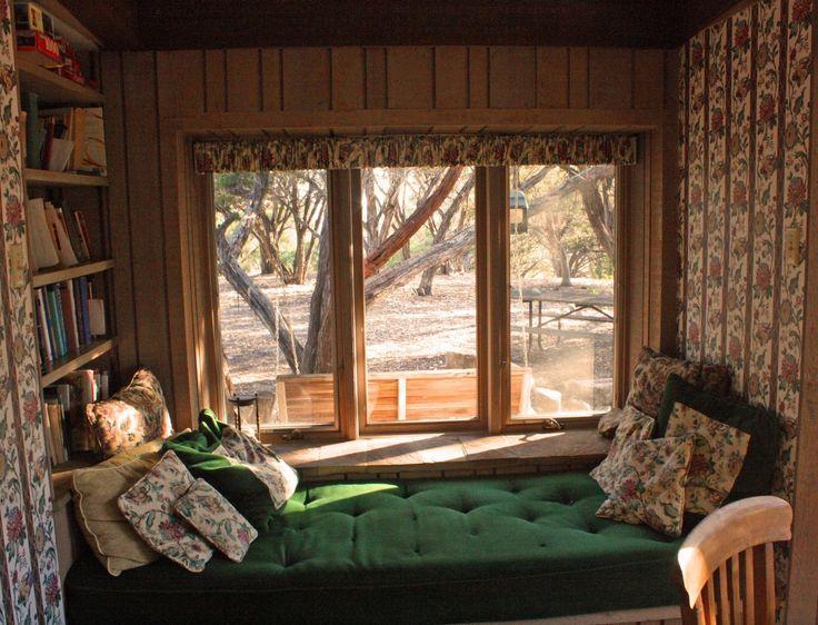 <h3>4. Кровать в уютном уголке</h3><p>Многим с детства нравится искать себе укромные уголки для отдыха. Такая кровать отвечает этой идее, помогая чувствовать себя защищенным. Чтобы стены не давили, в ногах неплохо бы поместить окно, из которого открывается вид на зелень или огни города. Тогда и засыпать, и просыпаться станет намного приятнее.</p>