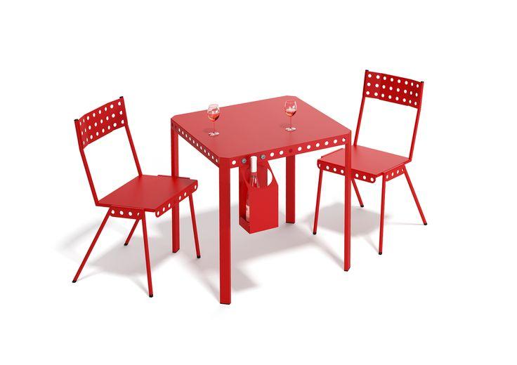 Présentation de notre collection Bistrot Meccano Home: chaises et tables empilables. Les tables peuvent se fixer entre elles, la modularité permet de s'adapter aux circonstances ou à l'espace à meubler.