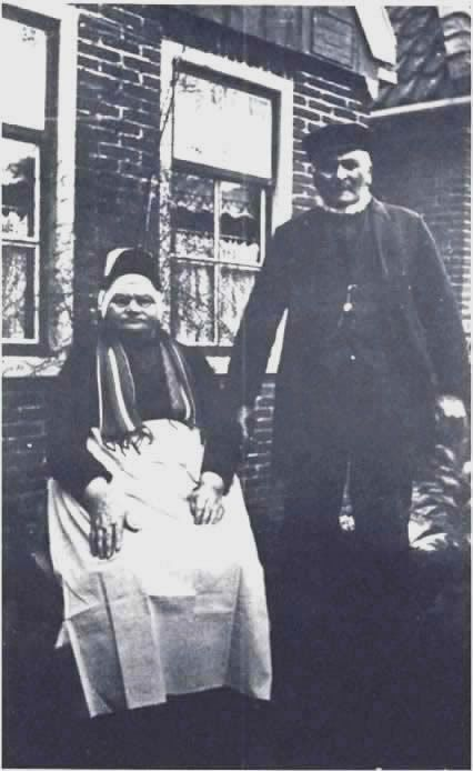 Gerrit Kok met zijn vrouw voor hun woning in West-friese klederdracht. Foto 1923 #WestFriesland  #NoordHolland #StedeBroec #hul