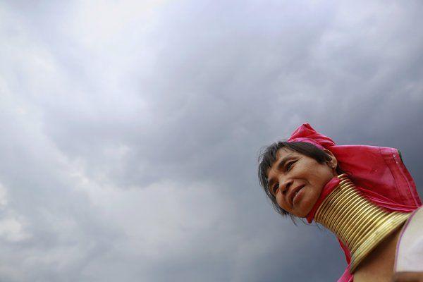 mujeres jirafa kayan | Así viven las últimas 'mujeres jirafa' de la etnia Kayan de Myanmar - Yahoo Noticias España