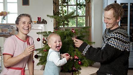 Fremover bliver der en mere til at pynte juletræet - her er det sønnen Johan i midten.