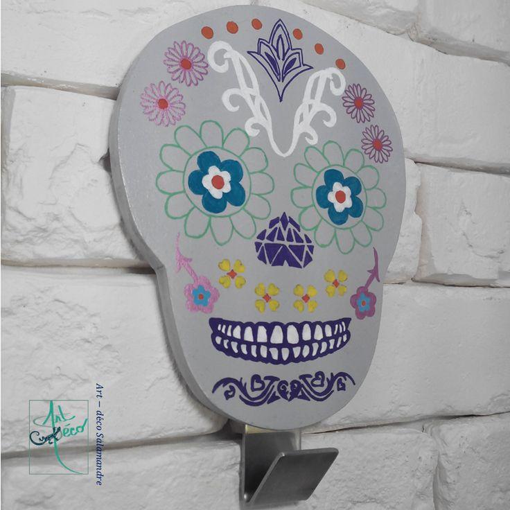 Patère Calavera en bois à accrocher au mur, idéal pour une chambre d'ado ! La Calavera, ou tête de mort mexicaine, est le symbole du jour des morts et de la culture mexicaine.  #artdecosalamandre #deco #calavera #bois #decorationmurale #tetedemort #mexicain