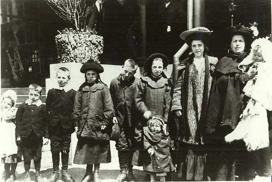 Ellis Island familyFamilies Arrival, 13 Jpg 550 368, Families Pictures, Enter Ellie, Islands Families, 550 368 Pixel, Islands 1908, Free Port, Ellie Islands