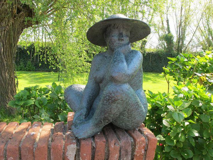 Karin Beek beeldhouwt mensen en dieren. Haar bronzen beelden hebben een vriendelijke en monumentale stijl. Haar kunst heeft een kenmerkende patinering.