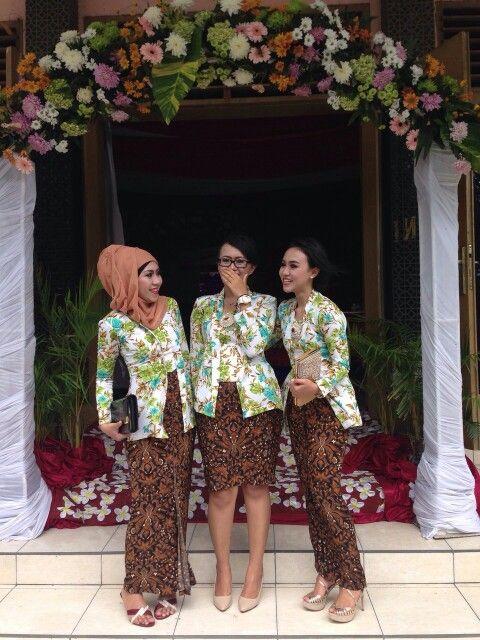The javanese bridesmaid. My and my friends wearing such lovely flowery kebaya kutubaru.