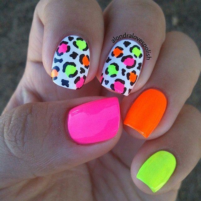 Uñas de colores neón para la playa