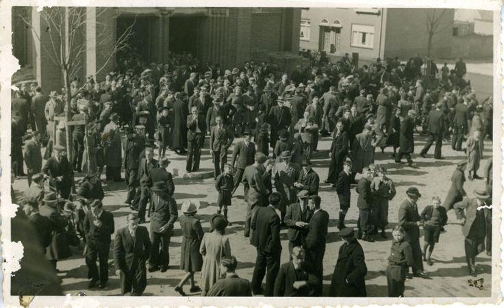 De kerk gaat uit, Pasen 1947.