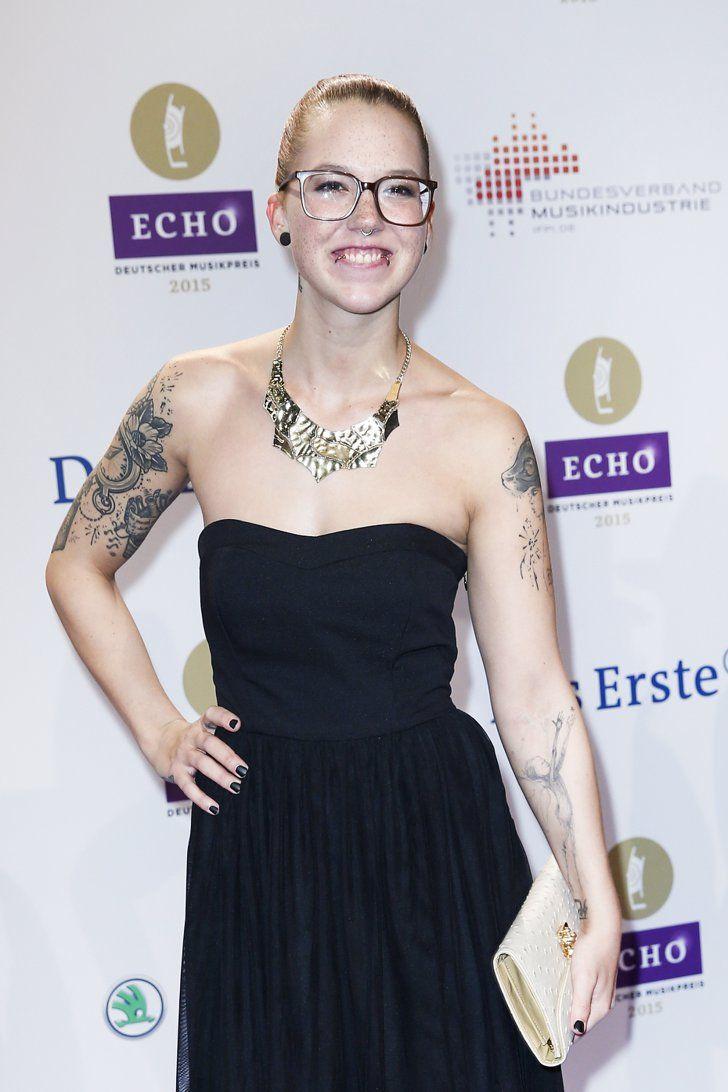 Pin for Later: 77 Stars, die Brillen rocken Stefanie Heinzmann