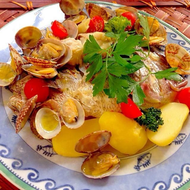 """今日は降られず授業後のんびり調子悪かった充電コードもGet出来てノンストレスdayʕु-̫͡-ʔु"""" のんびり白でも呑みながら〜久々アクアパッツァ✨サフランたっぷり、ポテトに吸わせ、漂ういい香りにチビ〜ズも今日のお魚は美味しそうと尻尾振りx2あっという間に完食w 素敵美味しいレシピありがとうございます❗️ - 111件のもぐもぐ - pesce0414's acqua pazza of potatoes&red snapper w/saffron✨shikanoさんのサフランで真鯛とジャガイモのアクアパッツァ by Ami"""