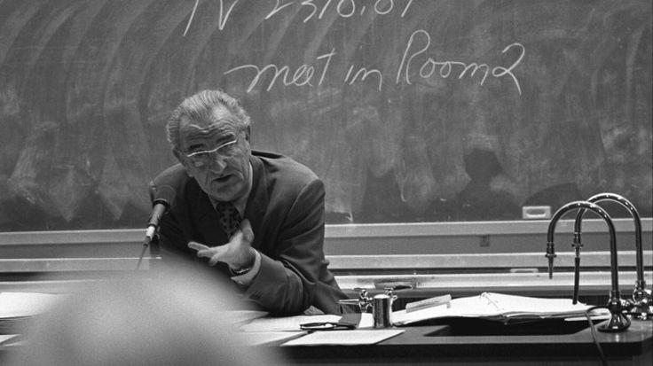 """Mesajul unui profesor de excepţie: """"Avem o țară plină de imbecili cu studii superioare, care nu știu că America e continent. Sunteți o generație aproape pierdută"""""""