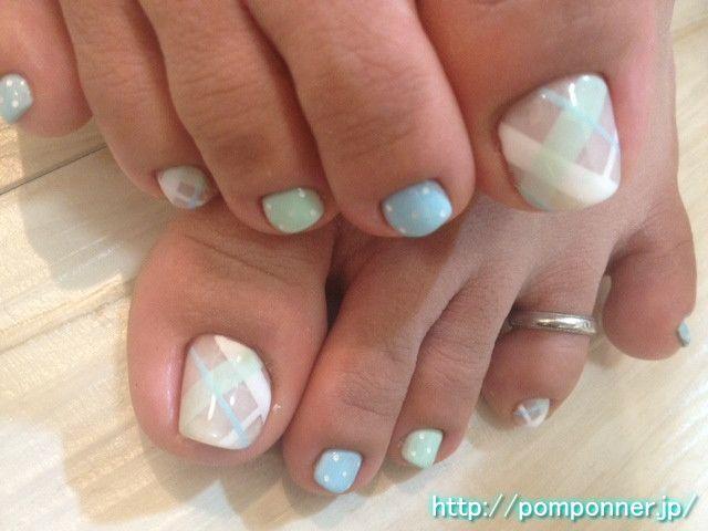 爽やかなブルーとグリーンのチェック柄フットネイル Plaid nail foot of green and refreshing blue