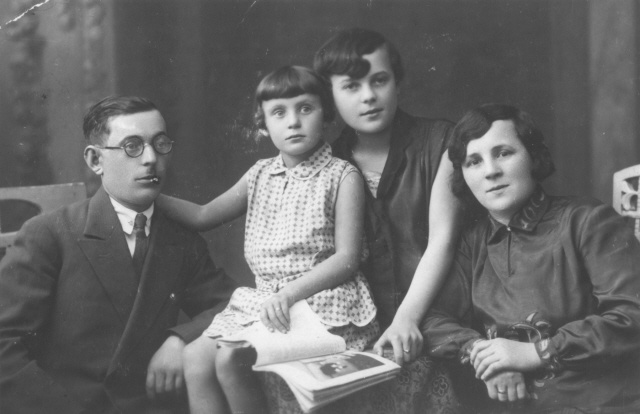 Date:1935 - 1939  Locale:Sosnowiec, [Katowice; Zaglebie] Poland  Credit:United States Holocaust Memorial Museum, courtesy of Harry Nortman  Copyright:United States Holocaust Memorial Museum    Portrait of the family of Noach Nortman.    While the Nortman children survived the war, Noach and his wife died in Sosnowiec.