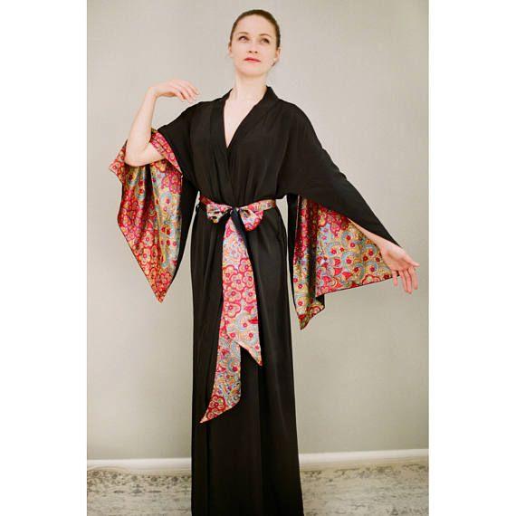 Este listado está para un tramo completo confeccionado Haiku manga vestido en Crepé de seda del faux de China recortado en satén (tamaño de los E.E.U.U. 4-6). El manto es un negro de seda del faux y el acento de Satén es un rojo, turquesa y amarillo.  Un poco sobre la túnica de manga Haiku: inspirado en trajes del siglo romántico, estos trajes son una delicia para el desgaste y acentuar los movimientos de la mano agraciada. Detalles consisten en puños de manga abierta, audaz que swing, sway…