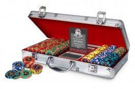 Mallette Poker Royal 300 jetons - Pokeo.fr - Mallette de poker Studson Poker Royal 300 jetons en PP 11,5g + 2 jeux de cartes plastifiées + 1 livret contenant les règles du Texas Hold'em Poker ainsi que 25 conseils de champion.
