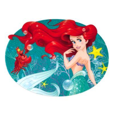 """Un """"tuffo in fondo al mar"""" è proprio quel che ci vuole per rallegrare l'ora della pappa! Ispirata al film La Sirenetta, la tovaglietta sagomata è decorata con immagini di Ariel e Sebastian su uno sfondo trasparente scintillante di brillantini."""