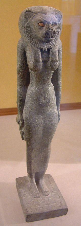 Bastet à tête de lionne - Bastet fut assimilée à différentes déesses majeures comme Sekhmet ou Hathor, toutes deux représentant deux aspects différents de la même divinité, la fille de Rê. Ainsi elle était étroitement associée à la mythologie solaire et apparaît dans les textes tardifs comme étant ramenée à son père, apaisée par le dieu Thot, sous la forme d'une chatte (voir le mythe de l'œil de Rê) - Statue datant de la XXVe dynastie, provenant de la ville de Boubastis - Musée du Louvre…