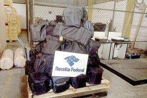 A Alfândega da Receita Federal e a Polícia Federal (PF) apreenderam quase 1,5 tonelada de cocaína em um terminal retroportuário no Saboó, em Santos, na noite de quarta-feira, atingindo o recorde do  ...