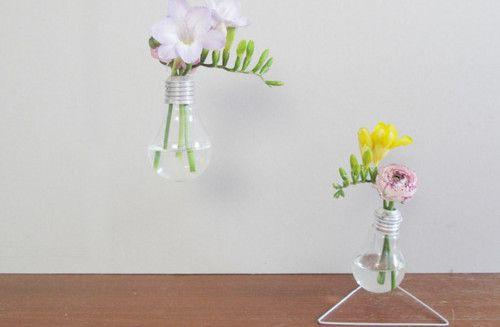 Hast Du auch das Bedürfnis, Deine Wohnung mit ganz vielen frischen Blumen zu dekorieren und den Sommer in Dein kleines Reich zu holen? Wir finden, jede Blume braucht die richtige Vase, wie wär's also mit einer Vase aus Glühbirnen.