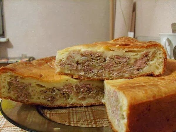 Вкусный мясной пирог.