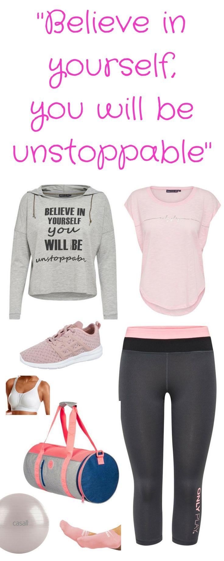 """Fitness-Outfit für Frauen – """"Believe in yourself you will be unstoppable"""" Sport-Shirt in rosa, grauen Kapuzen-Pullover mit Motivations-Spruch, Workout-Schuhe, Capri-Leggings, Gymnastikball von Casall, Sport-BH, Sport-Tasche und Füßlinge"""