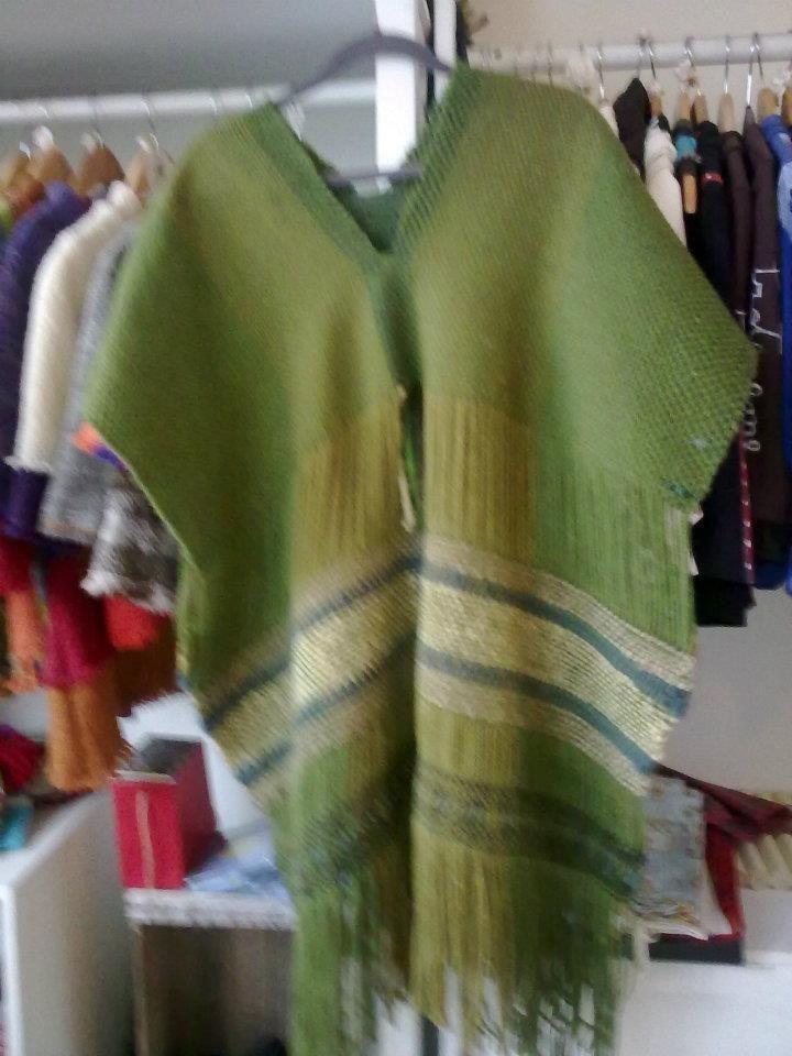 poncho tejido en telar tradicional con lanas 100% natural de oveja color verde musgo