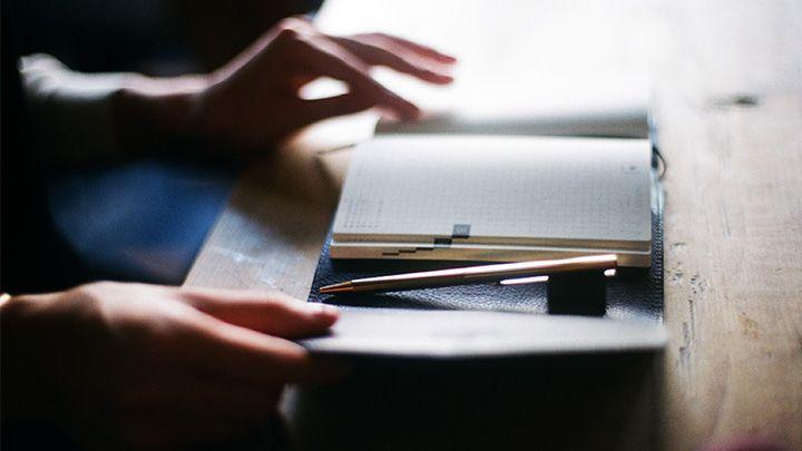 ソニアパークさんがクリエイティブディレクターを務めるセレクトショップ・ブランド「ARTS&SCIENCE」(アーツ&サイエンス)とコラボレーションした英語版のほぼ日手帳「HobonichiPlanner」用のカバーです。4年目をむかえた2016年版は、3つ折タイプをご用意しました。「パタンパタンと気軽に開け閉めできるような手帳にしたい」というソニアさんの遊び心から、マグネットで開閉できるカジュアルな仕様に仕上がっています。素材に使った革は、イタリア・トスカーナ地方の職人が、大きな槽に入った植物の皮や実から抽出した渋(タンニン)につけて、1枚ずつじっくりなめしています。この「ピットなめし」と呼ばれる手法を使うことで、繊維がしまって丈夫な革になります。内側にも外側と同じ革を使ったぜいたくな仕様です。表側はマットなブラックを、内側には深みのあるネイビーを選び、大人の上品さを追求しました。持つ人や使うシーンを選ばない使い勝手のよさがうれしいカラー。色鮮やかなペンといった小物とのコーディネートも相性がよさそうです。
