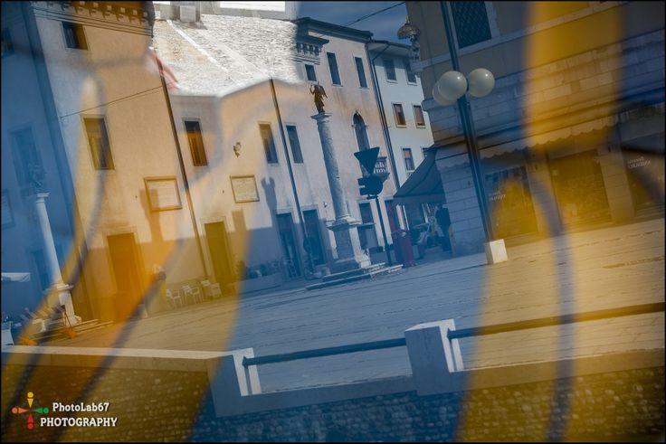 Riflessi gialli e blu in #piazza a #Palmanova http://www.palmanovaoutlet.it/it