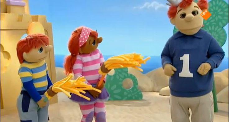 Sassa en Toto spelen indiaantje. Ze roeien met hun boot naar de indianentent. Toto wordt er moe van, maar gelukkig kunnen indianen ook heel goed paardrijden. Als Sassa een totempaal gaat bouwen wil Toto helpen, maar dan valt de paal juist om. Sassa bouwt een nieuwe en Toto houdt de dozen vast. Als de indianen even later aan het dansen zijn, is het tijd om te zwaaien. De indianen doen een zwaai-dans!