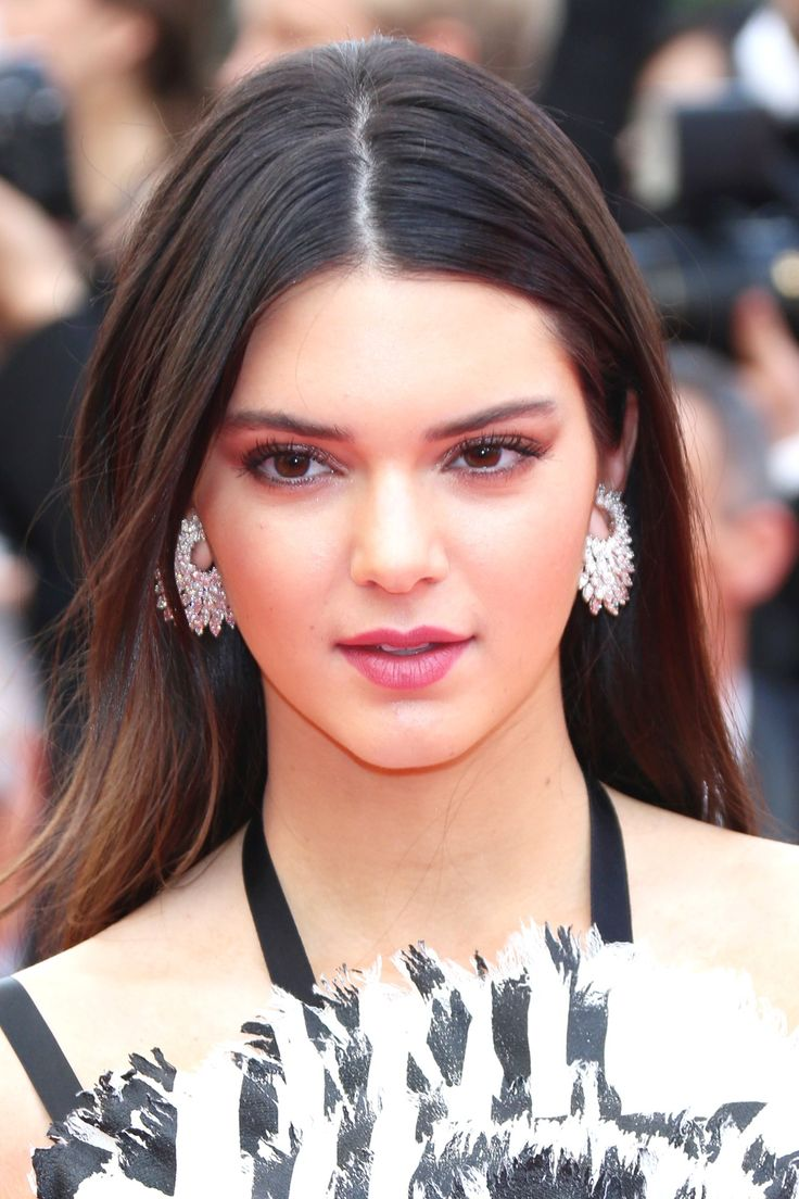 Kendall Jenner wore her hair loose and centre-parted, whilst her make-up was subtle and simple, with pink lipstick and brown shadow and liner to define the eyes.