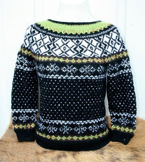 Sagagenser , 10år   Denne genseren er designet av Lene TA Larsen, inspirert av mønster fra vikingraver.