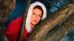 """Als Nikolaus verkleidet beobachtet Klaudia (Christine Neubauer) das Haus ihres """"Feindes""""..., Quelle: ARD Degeto/Oliver Roth"""