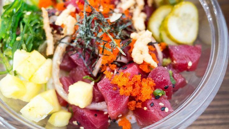 Insalata hawaiana di tonno crudo con avocado, cetrioli e alghe, ricette light