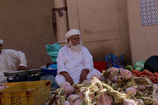 Oman - inn the Souq in Nizwa, fresh garlic from friendly dealer hands. | Photo: Benny Trautmann