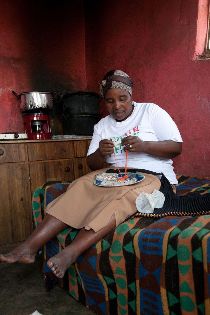 Ma Mtshali working / ZUID-AFRIKA