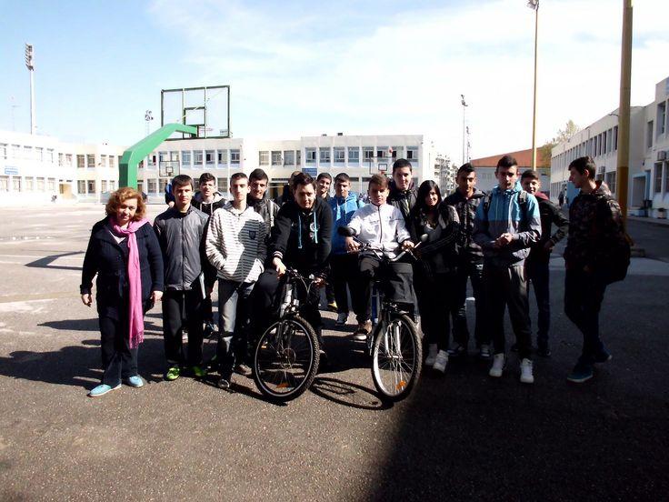 """Η καθηγήτρια και υπεύθυνη του project """"Περί ποδηλάτου ο λόγος"""" κα.Πέτικα Χαρά μαζί με τους μαθητές που συμμετείχαν στο project."""