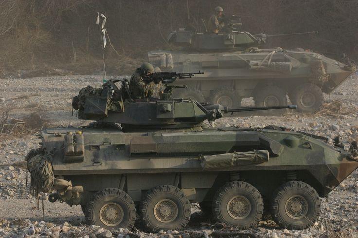 Deze voertuig heet LAV-25. Onze superheld werd vaak erin vervoert naar het slagveld/missiegebied. Maar het is ook voorkomen dat hij erin heeft gereden en met de kanon doelen heeft bestookt. Omdat onze superheld supersterk is, heeft hij ook vaak LAV's uit noodsituaties gered door het wagen op te tillen en weg te brengen.