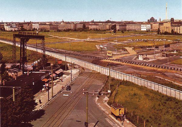 Blick nach drüben im Jahre 1984 wurde in Deutschland, Berlin aufgenommen und ha… – Schmidtchen Schleicher