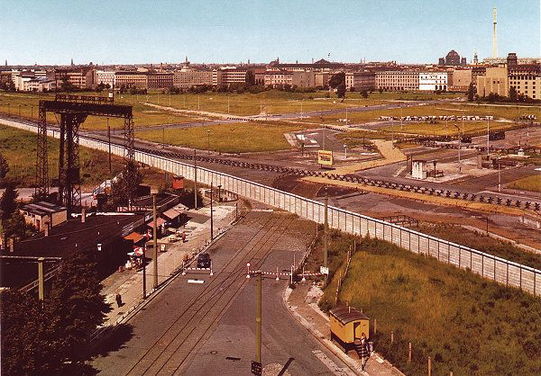 Blick nach drüben im Jahre 1984 wurde in Deutschland, Berlin aufgenommen und hat folgende Stichwörter: Berlin 1984.