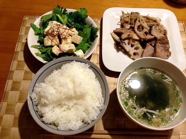 nats×××さんが先日作っていた春菊のサラダをまねっこして、似せてつくってみました。春菊、おかわりしてはまっちゃいました。 - 3件のもぐもぐ - 豚肉とお野菜の醤油麹炒め•春菊とお豆腐のサラダ•わかめとネギのスープ•白いご飯 by yossy4433