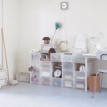 一人暮らしで部屋を広く使いたい!  無地のPPクリアケースは必須ですよ。 軽くて組み合わせしやすいです。   チェスト風に組み立て。 CDや本類はもちろん、メイク道具などひとつの場所にまとめてしまってみてはいかがですか?