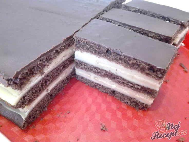 Jednoduchý vanilkový dezert po dobrém obědě. Je rychlý a vůbec není pracný. Vyzkoušejte si připravit tento vrstvený zákusek. Kakaové těsto, které upečete, máslové nebo jiné sušenky, které pokladete na vanilkový krém a máte koláček hotový. Návštěva může přijít. Jeden z oblíbených dezertů u nás doma, tak se podělím o recept. Ať se líbí. Autor: Triniti