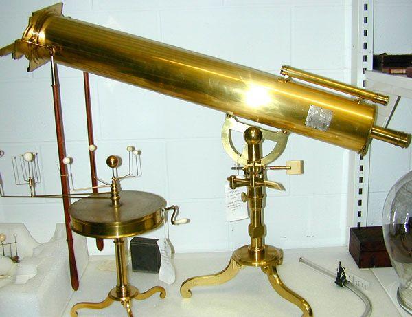 El Telescopio reflector, fue inventado por Isaac Newton en 1668. Según relatos de Historia de las Ciencias, Galileo Galilei mostró en 1609 el primer telescopio registrado oficialmente, con el que hizo grandes descubrimientos astronómicos, como la observación de cuatro de las lunas del Planeta Júpiter. Sin embargo, fue hasta en 1668 que Isaac Newton, mediante el empleo de espejos superpuestos, inventó el telescopio reflector, antecesor directo de los telescopios actuales.