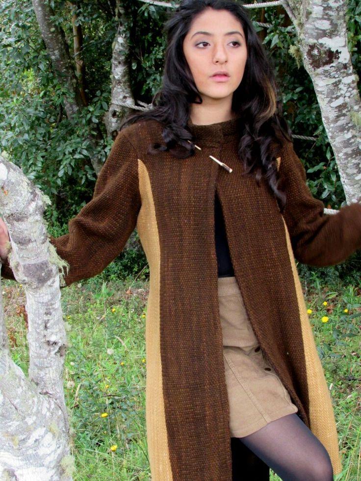 Abrigo a telar. Confeccionado en lana natural.