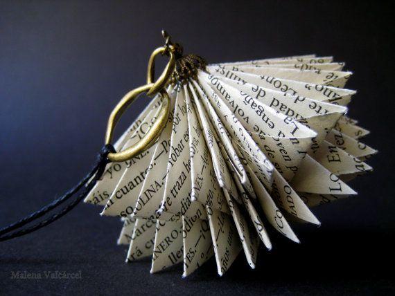 Buch-Kunst-Halskette - Papier-Schmuck - verändert Buch